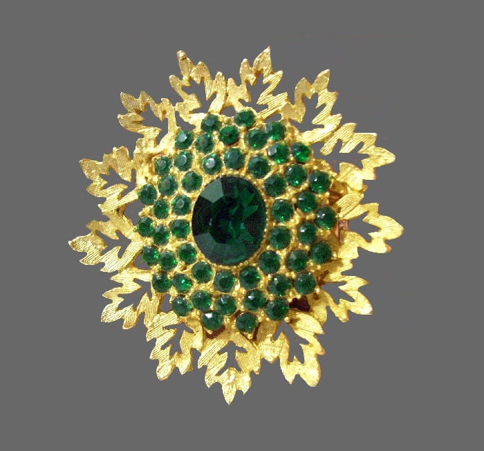 Oak leaves circle shaped brooch. Brushed textured gold plated, emerald green rhinestones