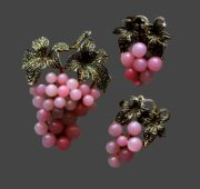 Pink grape set of brooch and earrings. Silver tone metal, art glass. Brooch 5.8 cm, clips 3.6 cm. 1950s