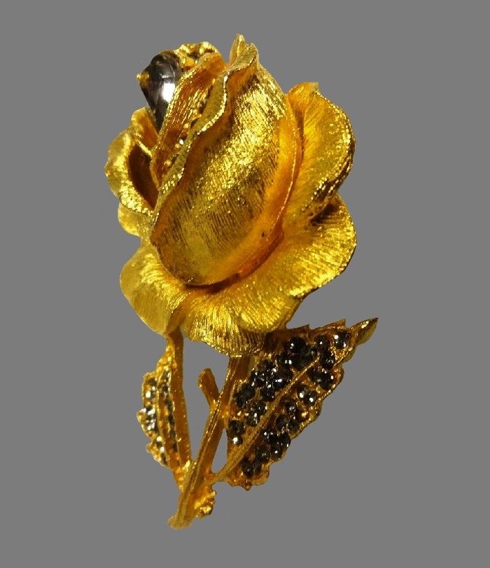 Rose crystal and rhinestone brooch of yellow gold jewelry alloy