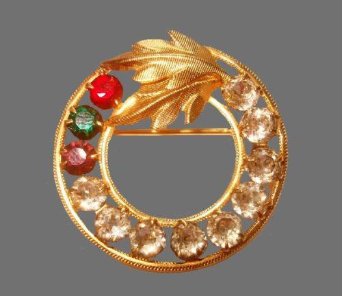 Round wreath brooch with flower. Textured 14 K gold, rhinestones, red crystals