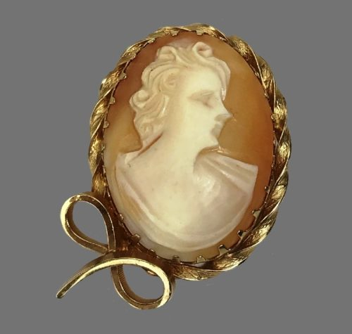Shell carved cameo brooch, 14 K gold