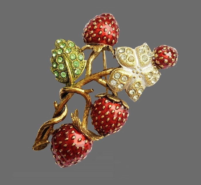 Strawberry vintage brooch. Gold tone jewelry alloy, Swarovski crystals, enamel. 6.5 cm