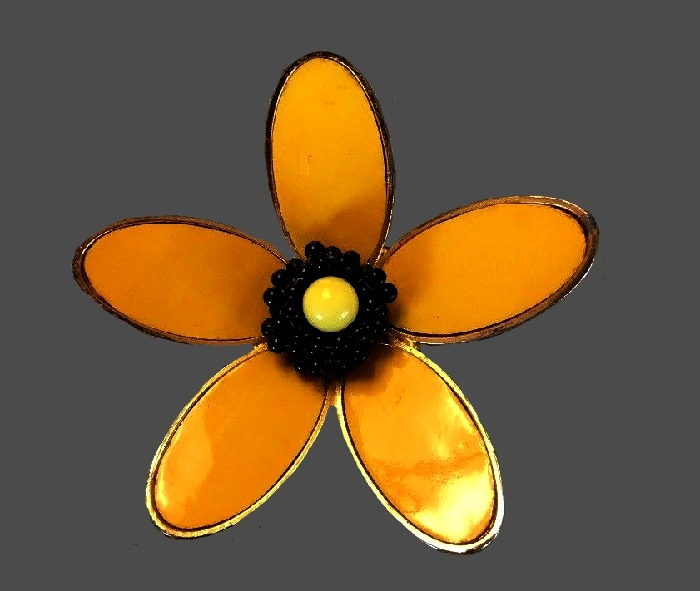 Yellow daisy brooch. Gold tone jewelry alloy, enamel, plastic beads