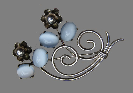 A charming vintage 925 silver brooch with a blue cat's eye. Marked sterling W.E. Richards (WRE). vintage 50s 4.5 cm
