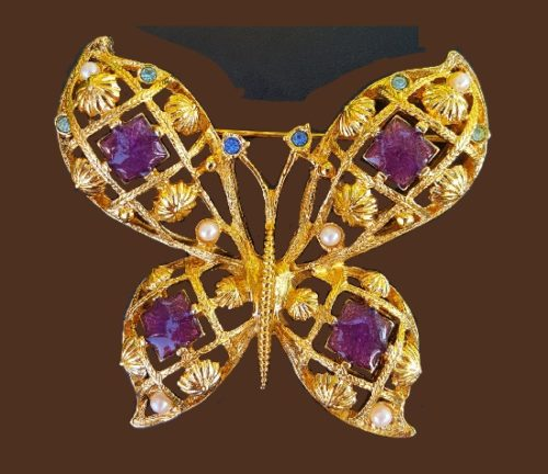 Butterfly jewelry symbolism and meaning. Avon butterfly brooch. 1992. Faux pearls, rhinestones, enamel. 6.5 cm