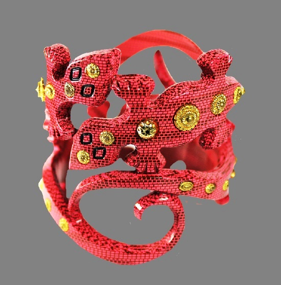 Bakelite vintage bracelet with gold metal inserts. 8 cm width