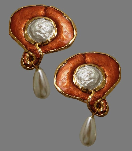 Bronze tone oval dangle earrings. 1988. Faux pearl