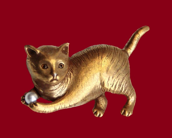Cat brooch. Gold tone metal alloy, faux pearl. 4.5 cm. 1980s. Inspired by the 'Kittens' series from mid-19th century color lithography at the National Museum of American History. Marked SI