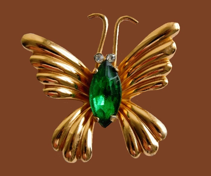 Coro vintage butterfly brooch. 3.3 cm. Gold plated jewelry alloy, rhinestones, large crystal