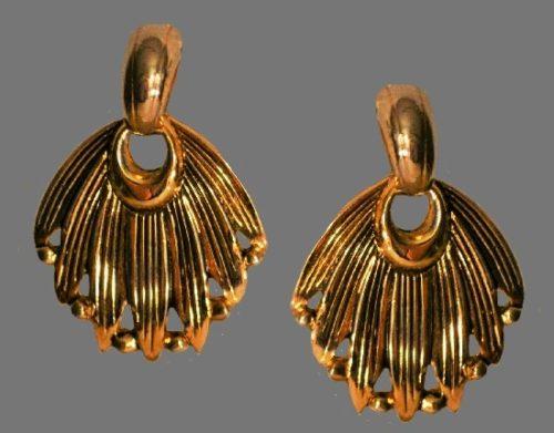 Feather fan shaped dangle earrings of gol tone