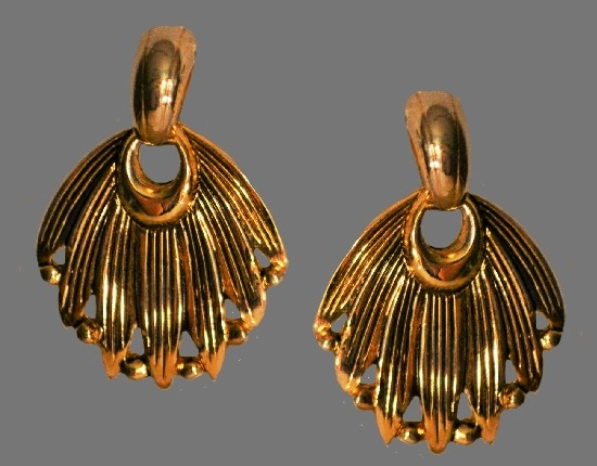 Feather fan shaped dangle earrings of gol tone