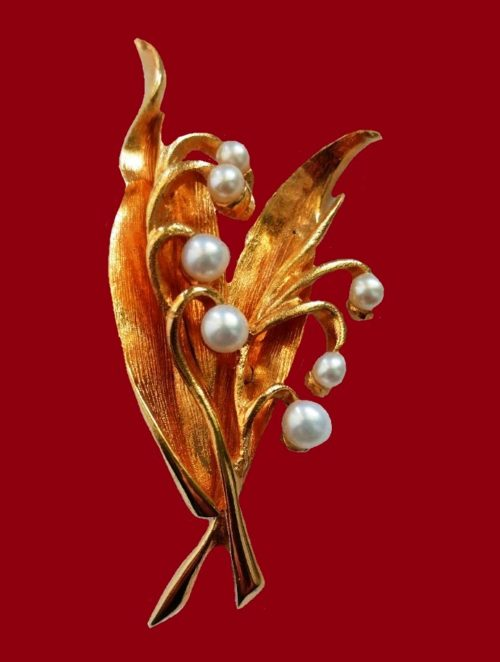 Lily of the valley vintage brooch. Gold tone jewelry alloy, faux pearls. 6 cm