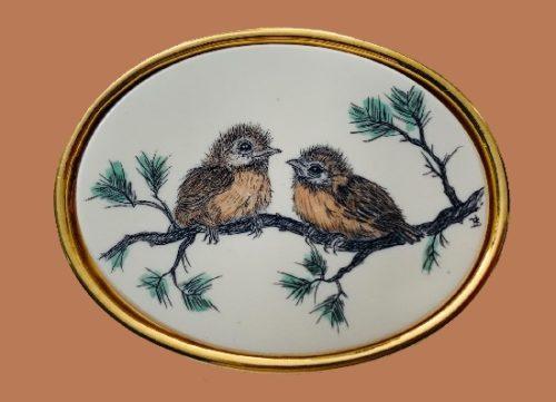 Little birds vintage oval pin. 4 cm