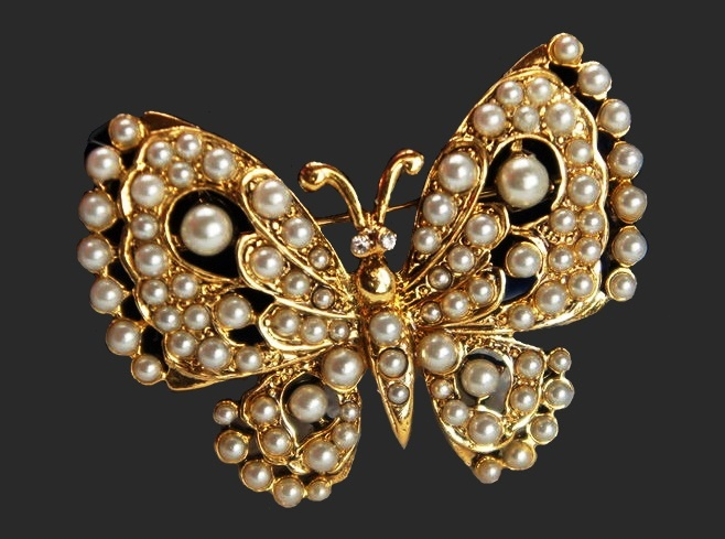 Pearl butterfly by KJL. 4.5 cm. Gold tone jewelry alloy, faux pearls, Swarovski crystals