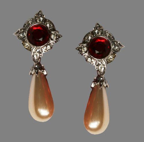Pearl dangle clips on earrings. Jewelry alloy, rhinestones, faux pearl. 4.5 cm. 1990s