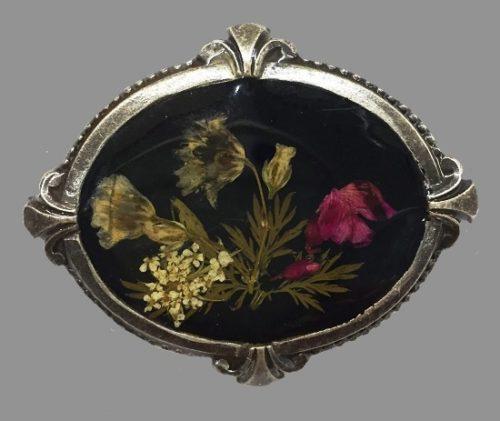 Poppies oval shaped brooch. Jewelry alloy, enamel. 4 cm
