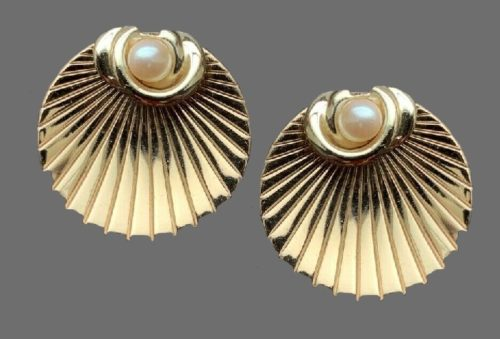 Seashell with a faux pearl earrings