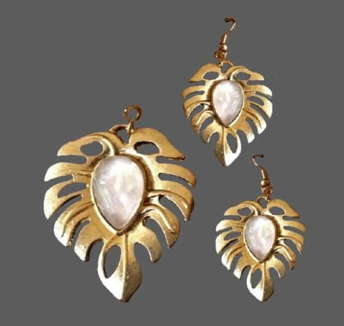 Set of leaf pin and earrings. Gold tone jewelry alloy, glass cabochons