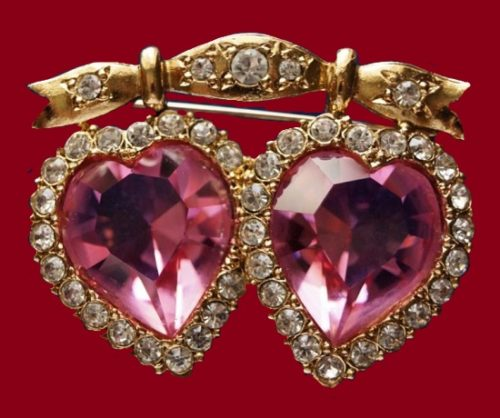 Victorian hearts brooch. Gold tone jewelry alloy, glass, crystals. 4.5 cm