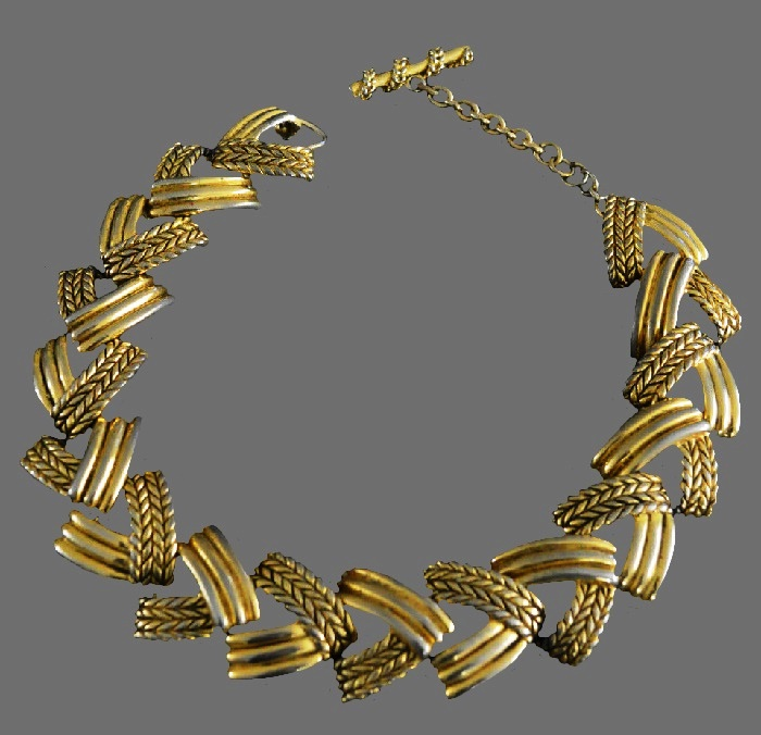 Wheat pattern textured metal necklace of gold tone
