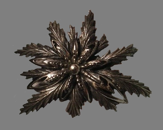 Multi-layered leaves brooch of silver tone