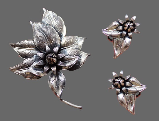 Set of flower brooch and earrings of silver tone