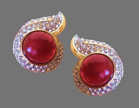 Swirl vintage clips. Gold tone jewelry alloy, rhinestones, lucite. 4 cm