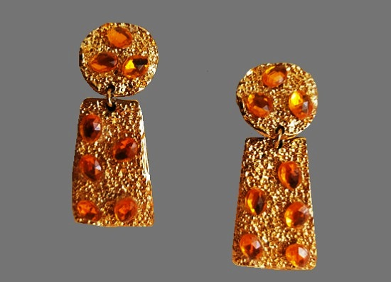 Amber color cabochon gold tone dangle earrings. 1960s