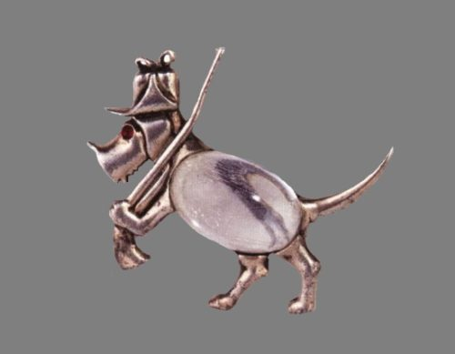 Hunting dog with a rifle vintage brooch. 4.5 cm. Gold plated sterling silver, lucite. 1944-1945