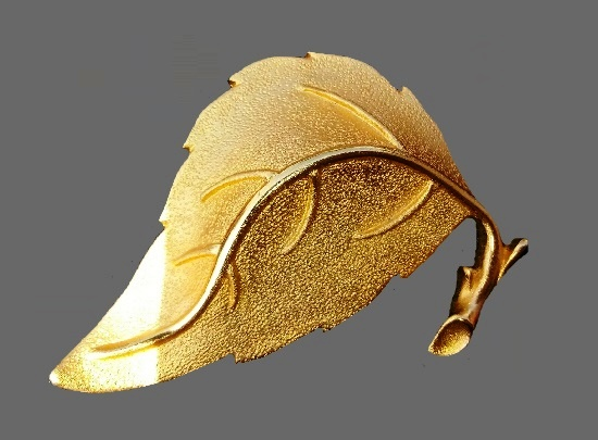 Realistic autumn leaf of textured gold
