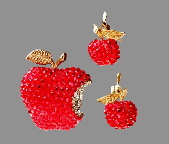 Red apple set of brooch and earrings. Gold tone jewelry alloy, rhinestones. Brooch 4.5 cm, earrings 2 cm