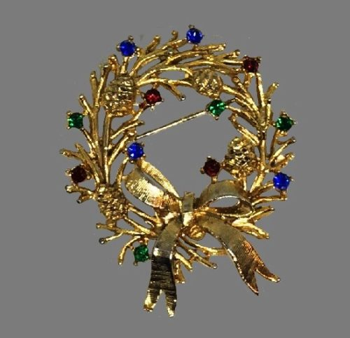 Wreath Christmas brooch of gold tone with rhinestones