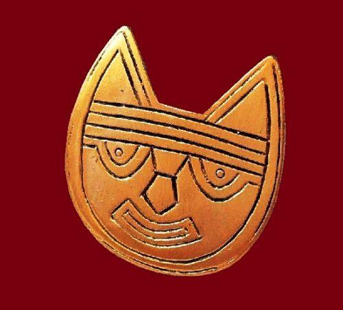 Aztec cat brooch of gold tone. 3,5 cm