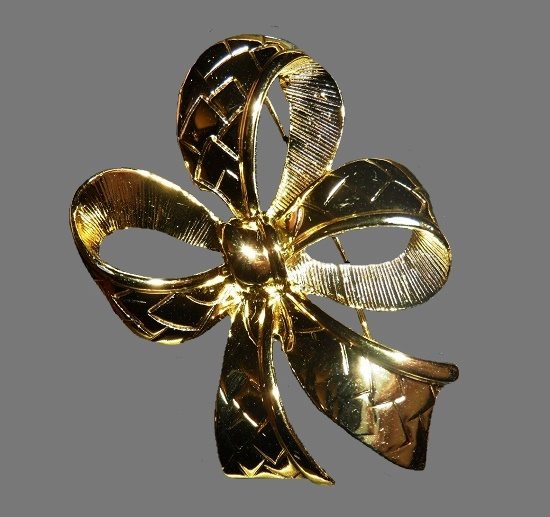 Bow brooch. Gold tone textured metal