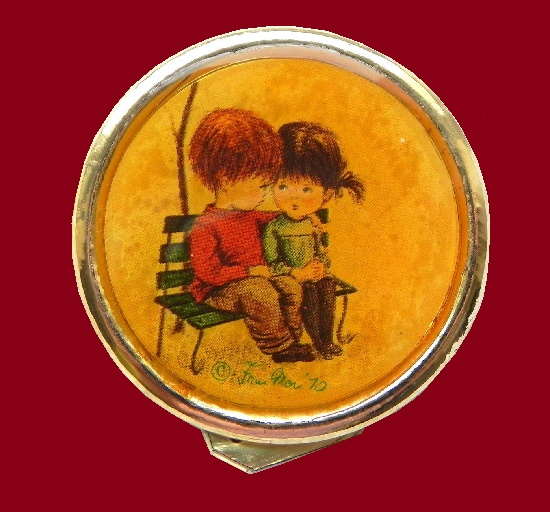 Children on a bench round brooch. Gold tone jewelry alloy, enamel, lacquer. 4,5 cm