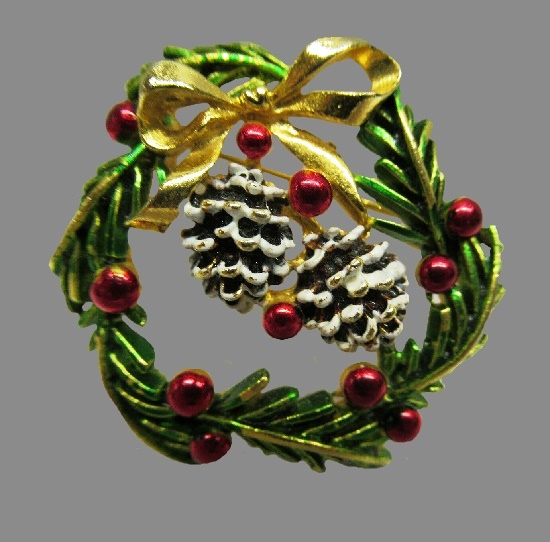 Christmas wreath and pine cones gold tone brooch