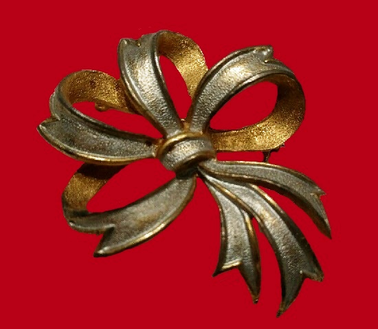 Classic Christmas theme ribbon brooch pin of gold and silver tone