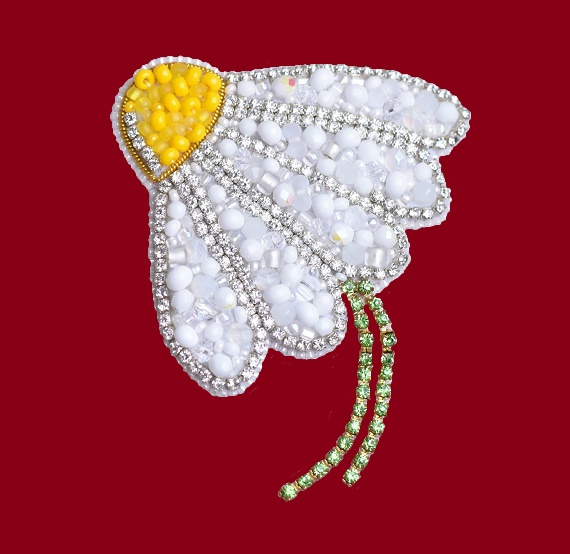 Daisy brooch from the collection 'Summer'. Czech beads, faceted beads, swarovski crystals, Japanese beads, crystal ribbon, strass chain. 7cm