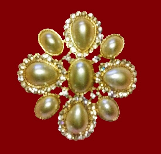 Faux pearl flower shaped gold tone brooch