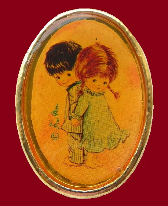 Oval brooch a boy and a girl. Gold tone metal. 5 cm