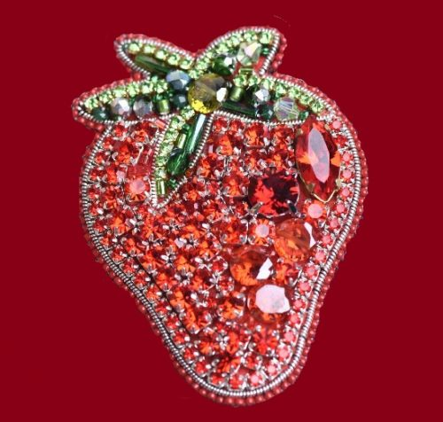 Strawberry brooch from the collection 'Summer'. Japanese beads, Czech beads, felt, Swarovski crystals. 6.5 cm