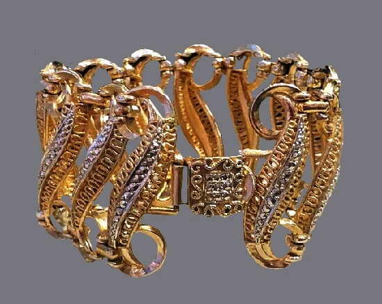 Art deco bracelet, 4 cm wide, vintage 1950's. Gold plated, filigree work, rhinestones