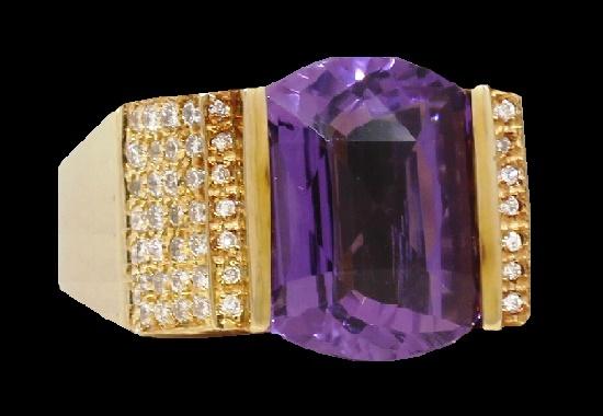 Blue amethyst ring. 14K yellow gold, diamond cut crystals