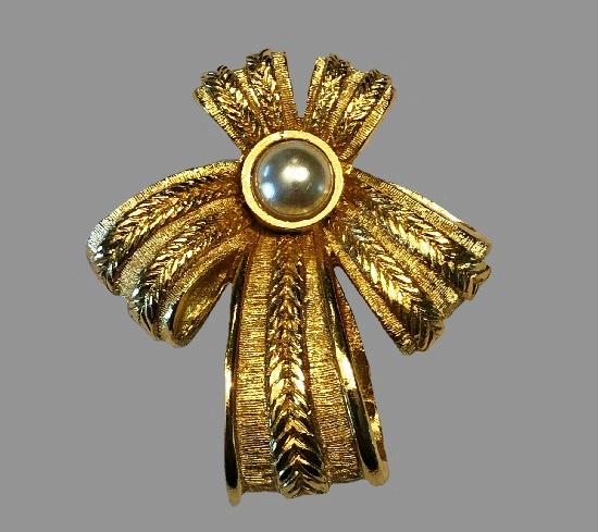 Bow brooch. Gold tone textured metal, pearl