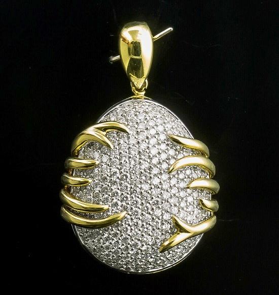 Fabulous design oval pendant. White and yellow 18K gold, diamonds