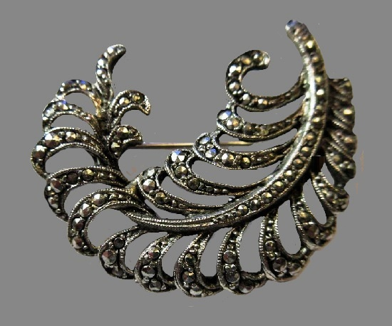 Feather design marcasite brooch of silver tone