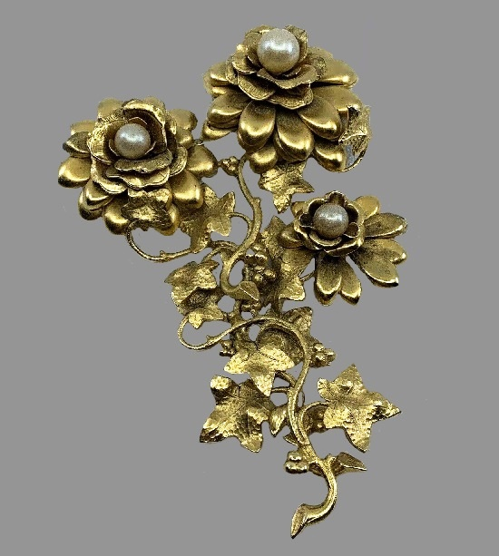 Floral vine pin. Gold tone, pearls