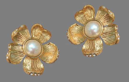 Flower clips on earrings. Textured gold metal, gilding, Swarovski crystals, faux pearl. 1980s