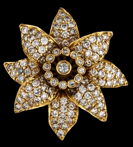 Flower ring. 1.76 ct diamond, 18 K white gold