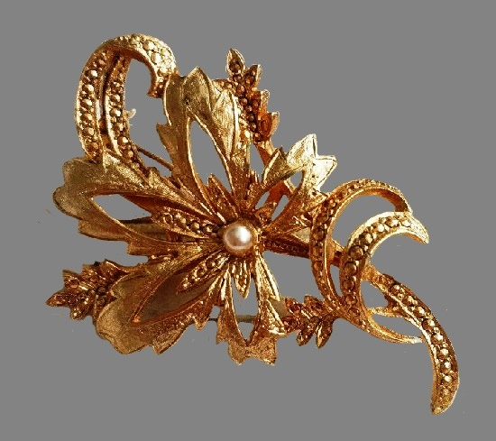 Flower vintage brooch. Gold tone metal, pearl